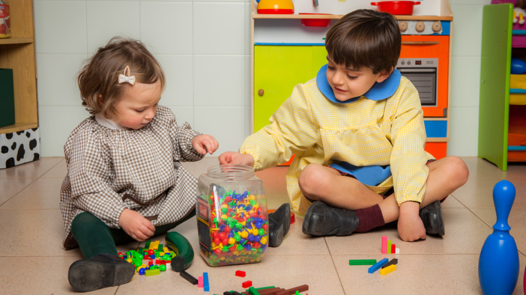 niños con uniforme preescolar babi jugando