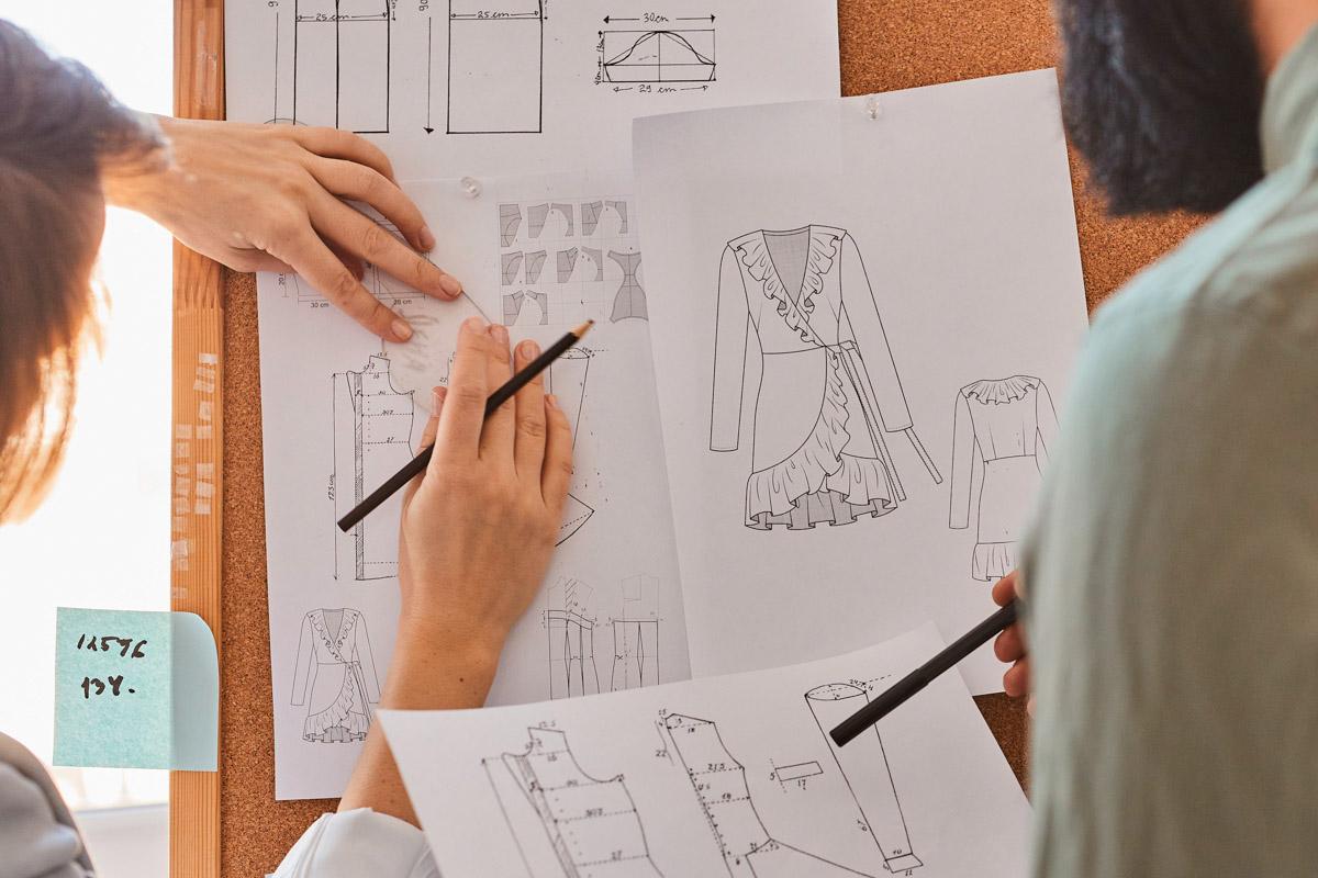 diseñadores de uniforme escolar trabajando en confecciones delmapunto